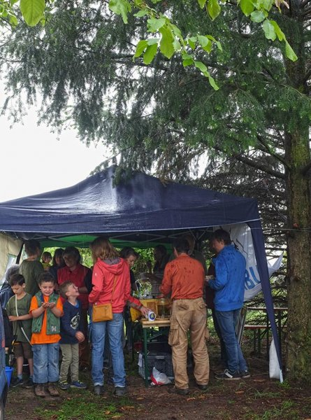 Tag-der-Artenvielfalt-20-NABU-Infostand-im-Regen-10x13s