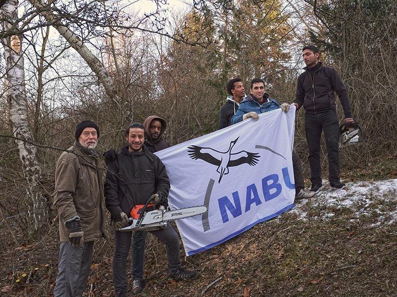 NABU Fahne mit Geflüchteten 1 10x13s