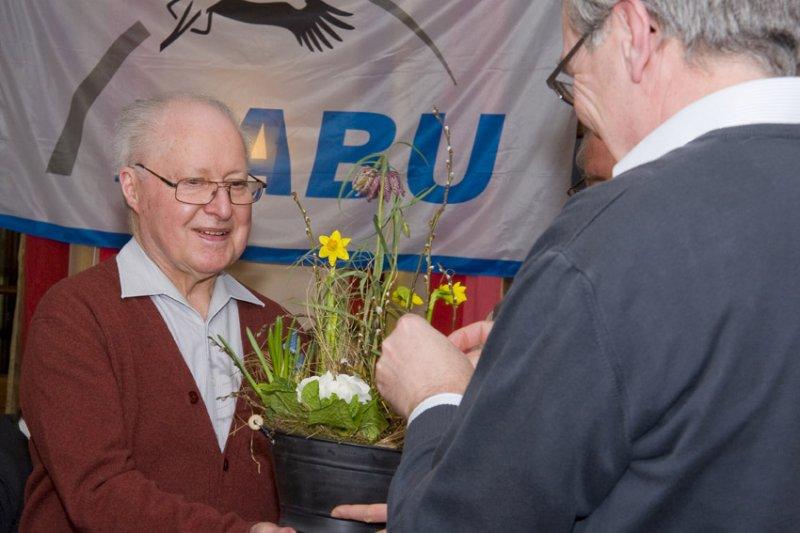 Auszeichnung Karl-Heinz Schneider durch Gerhard Eppler
