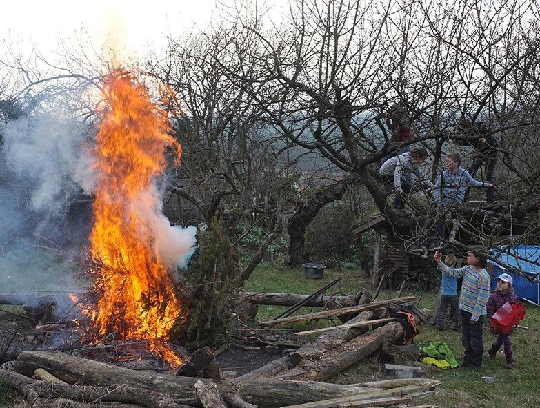 61 Weihnachtsbaum-Verbrennung