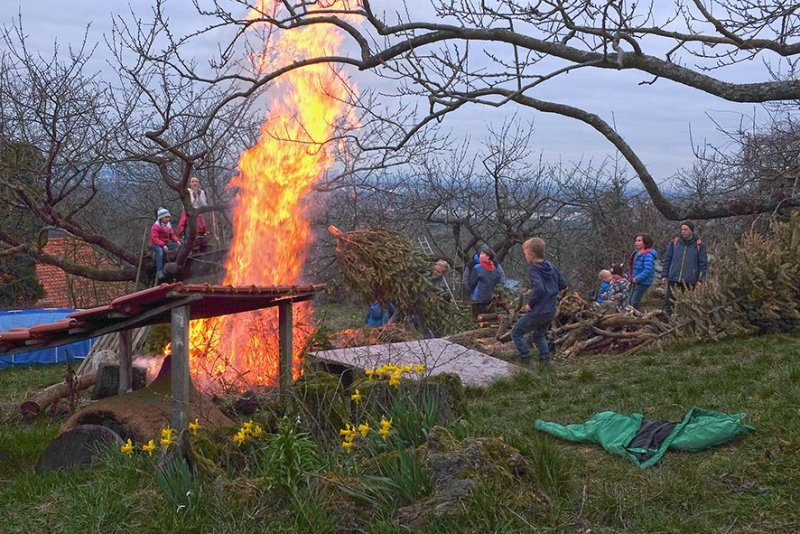 Fotos: Archiv – Winterverbrennung in Eckis Garten. Jede Wühlmaus bringt ein Stück Winter mit zum Verbrennen. Sehr beliebt und geradezu ein Klassiker – der ausgediente Weihnachtsbaum.