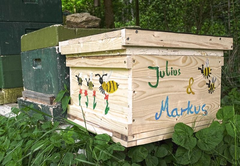 bemalte Bienenkiste Markus & Julius 1