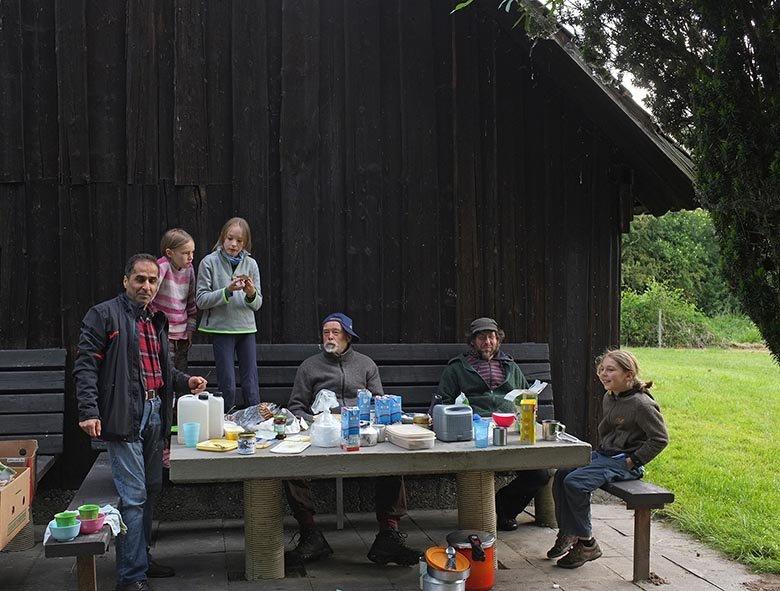 Camp Mückenplage am Morgen - Frühstückstisch 1