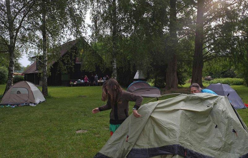 Camp Mückenplage am Morgen - Frühstückstisch 2