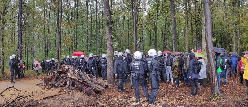 Polizeikette an der Abbruchkante 1 10x23s