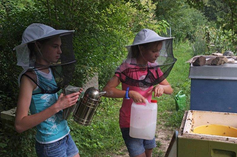 Lisa und Juliane füttern die Bienen 5