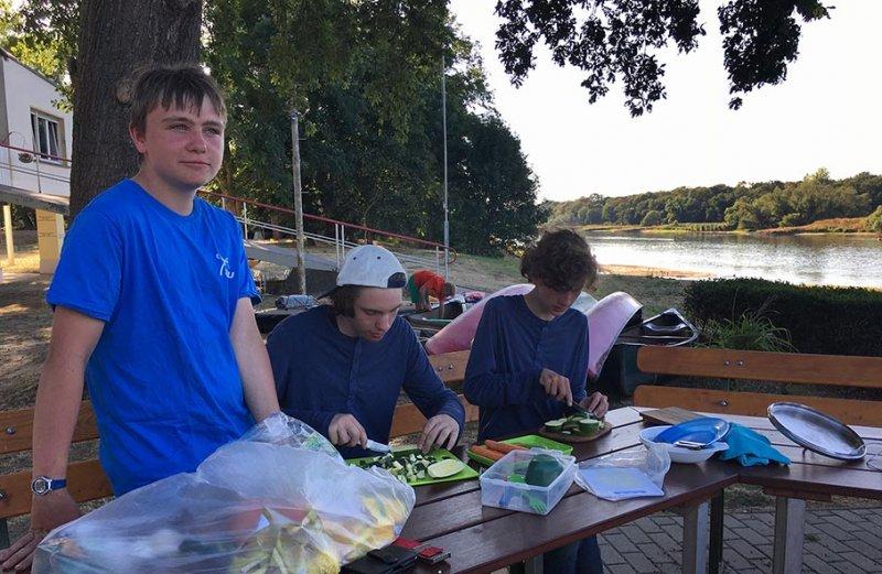 06 Gemüse schnippeln im Lager Bootshaus Aken 1