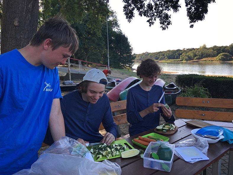 06 Gemüse schnippeln im Lager Bootshaus Aken 2