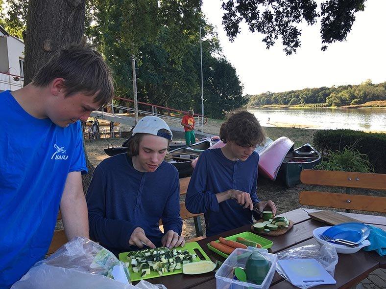 06 Gemüse schnippeln im Lager Bootshaus Aken 3
