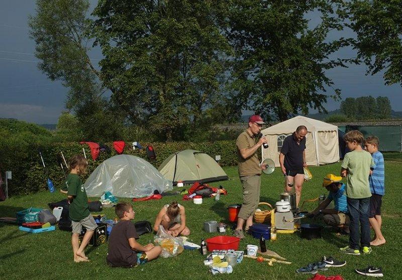 Lager Ebensfeld - Abendessen Zwiebeln schneiden 3