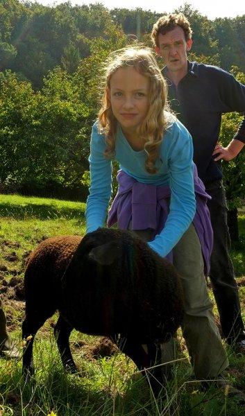 Juliane und Thomas auf der Schafweide