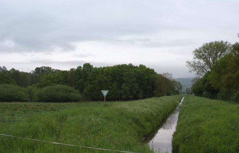 Landbach im Hochsystem enges Trapezprofil mit Betonplatten als Untergrund 1 10x15s.jpg