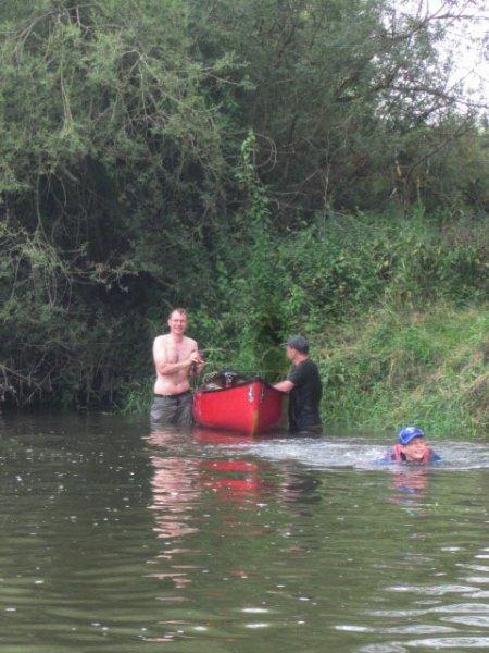 Mainfahrt - Leichtes Wildwasser - umgeschlagenes Boot 1