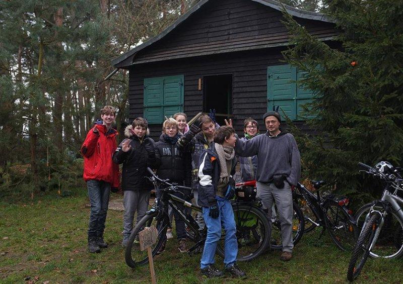 09 Gruppenbild mit Hütte