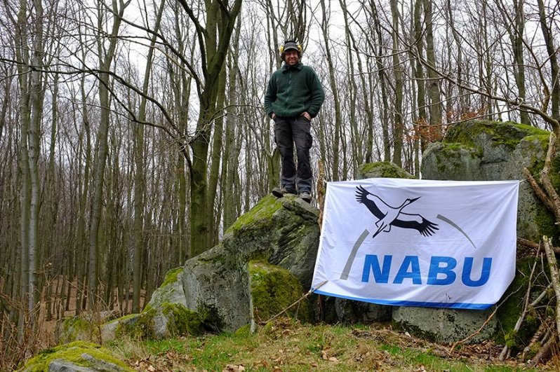 Portrait Moritz vor NABU-Fahne