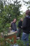 Wühlmaus-Imkerei: Jungimker füttern ihre Bienenvölker
