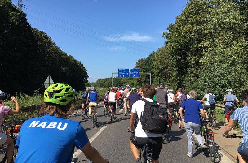 aussteigen-06-Radeln-auf-der-Autobahn-A661-01_-10x15s