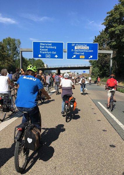 aussteigen-06-Radeln-auf-der-Autobahn-A661-13-10x14s