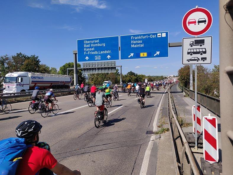 aussteigen-06-Radeln-auf-der-Autobahn-A661-22-10x13s