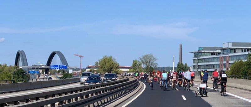 aussteigen-06-Radeln-auf-der-Autobahn-A661-23a-Foto-Silas-10x23s