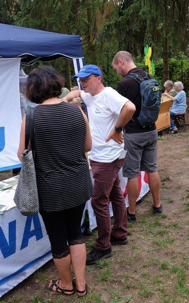 Honigfest-im-Lernort-Natur-11-Tino-am-NABU-Stand-10x16s