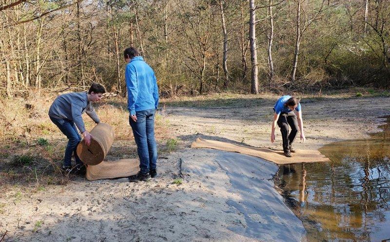 Amphibienteich-Malcher-Tanne-Uferabdeckung-mit-Filzmatten-01-10x16s