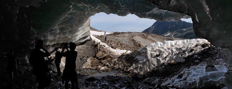05-Im-Inneren-des-Gletschermundlochs-03-10x26s