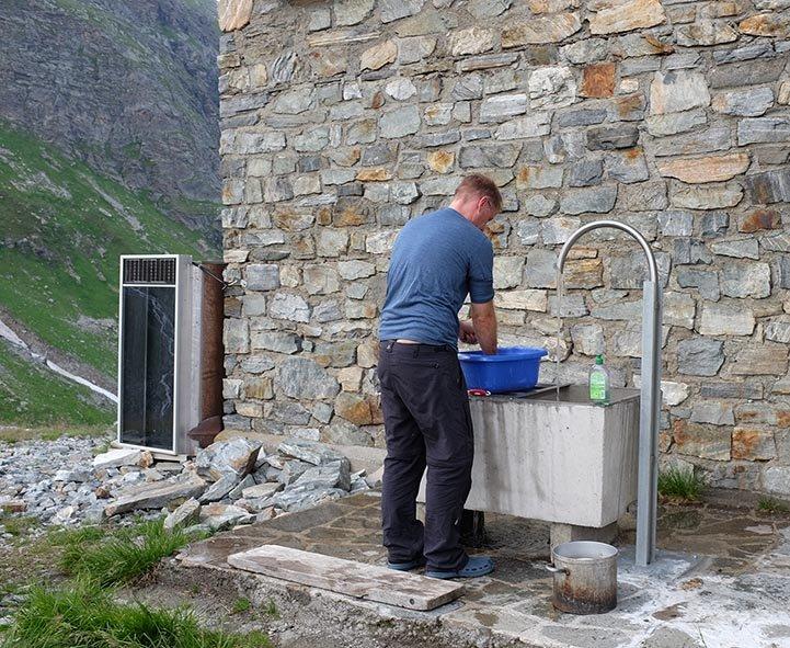 13-Klostertaler-Umwelthütte-03-Abwäscher-Karsten-10x15s