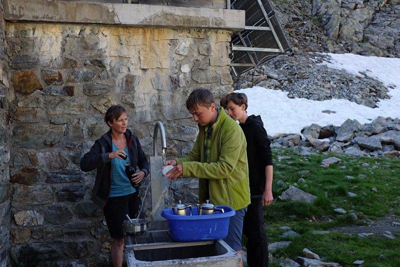 01-Morgen-an-de-Klostertaler-Umwelthütte-02-Abwasch-10x15s