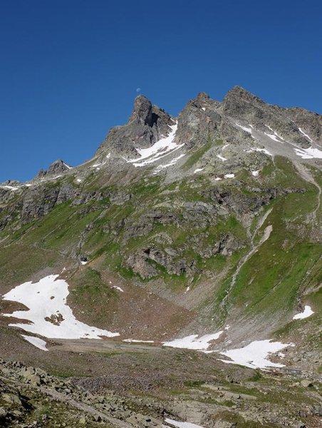 01-Morgen-an-der-Klostertaler-Umwelthütte-06-Mond-über-dem-Gipfel-10x13s