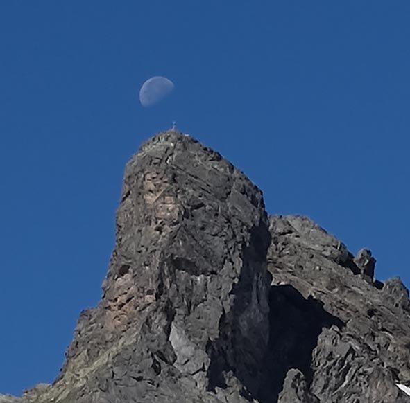 01-Morgen-an-der-Klostertaler-Umwelthütte-06a-Mond-über-dem-Gipfel-10x10s
