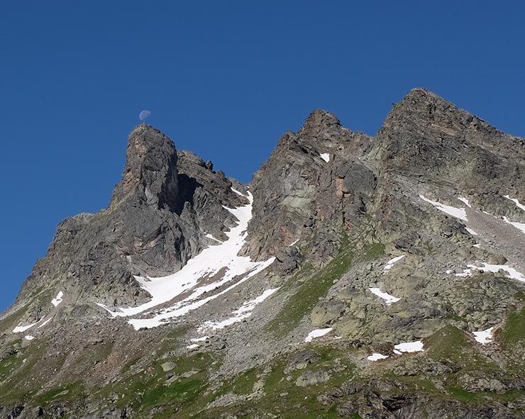 01-Morgen-an-der-Klostertaler-Umwelthütte-07a-Mond-über-dem-Gipfel-10x13s
