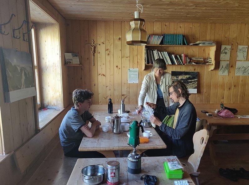 01-Morgen-an-der-Klostertaler-Umwelthütte-09-Küche-10x13s