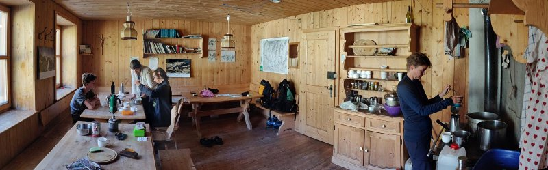 01-Morgen-an-der-Klostertaler-Umwelthütte-11-Küche-10x32s