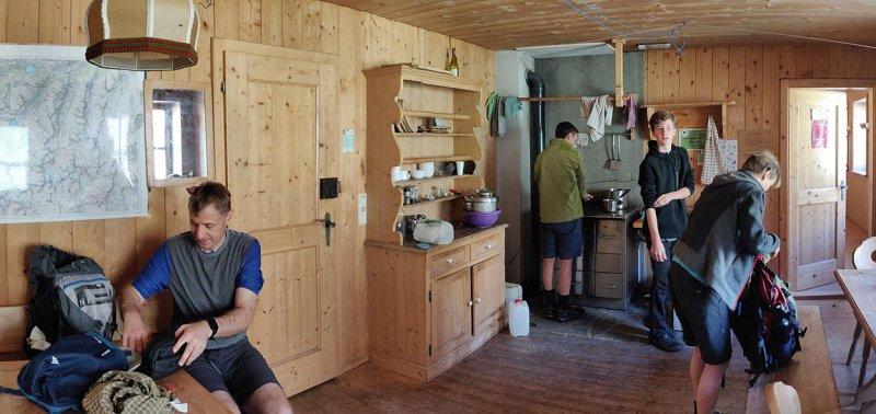 01-Morgen-an-der-Klostertaler-Umwelthütte-14-Küche-10x21s
