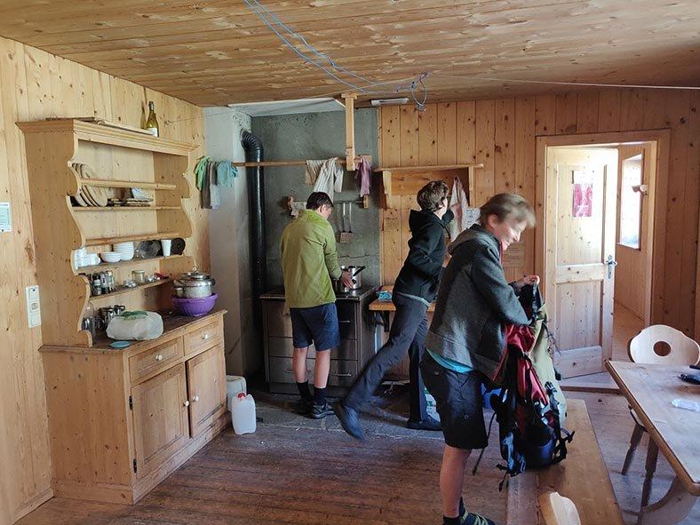 01-Morgen-an-der-Klostertaler-Umwelthütte-16-Küche-10x13s