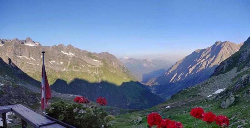 01-Morgenstimmung-Terasse-Silvrettahütte-02-10x20s