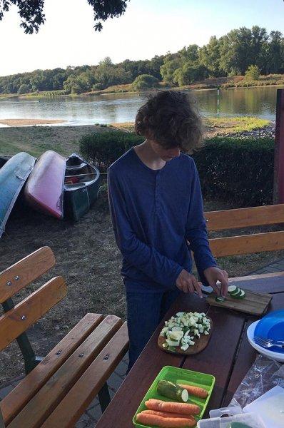 06 Gemüse schnippeln im Lager Bootshaus Aken 5