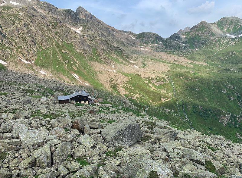 01-Aufstieg-zum-Hochmadererjoch-01-Blick-zur-Tübinger-Hütte-Foto-Silas-Koch-10x13s