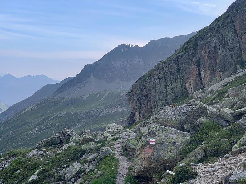 01-Aufstieg-zum-Hochmadererjoch-03-Blick-zur-Tübinger-Hütte-Foto-Silas-Koch-10x13s