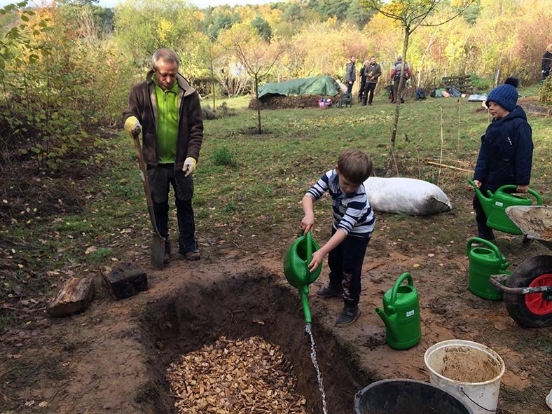Aktionstag-Wühlmausgarten-Hirschkäferwiege-anlegen-05-Foto-Rita-Koch-10x13s