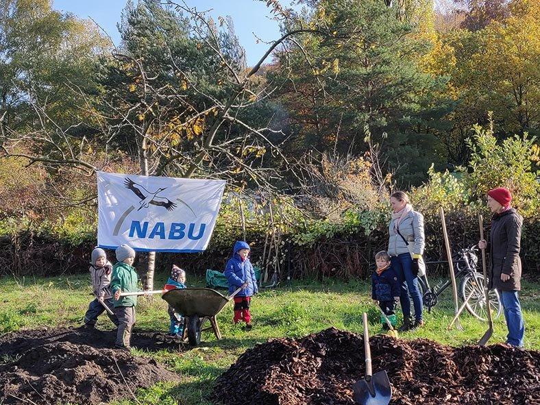 Aktionstag-Wühlmausgarten-Obstbaumscheiben-anlegen-12-10x13s