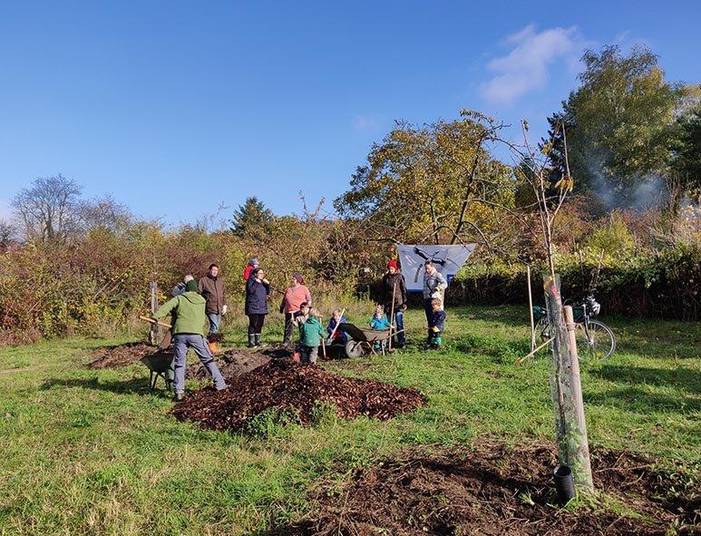 Aktionstag-Wühlmausgarten-Obstbaumscheiben-anlegen-16-10x13s