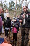 Kinder pflanzen 150 Bäume  im Seeheimer Gemeindewald