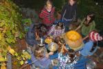 Laubhaufen und Halloween-Kürbissuppe
